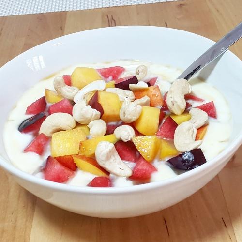 Naturjoghurt mit Obst zum Frühstück